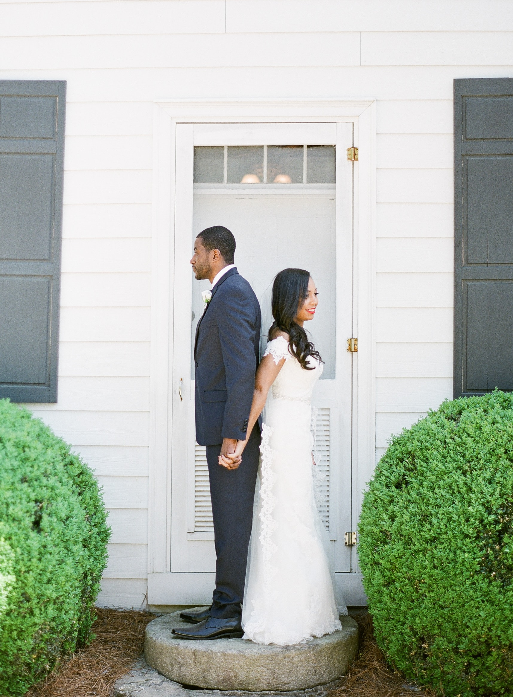 Couples first look before their wedding at Vesuvius Vineyards coordinated by Magnificent Moments Weddings
