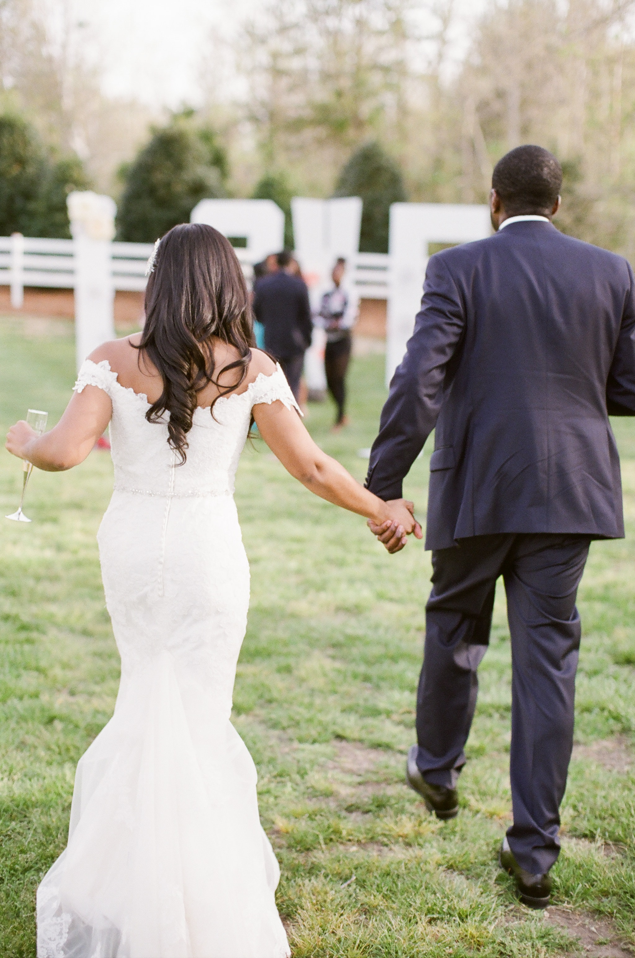 Bride and groom walk to their wedding reception at Vesuvius Vineyards captured by Almond Leaf Studios