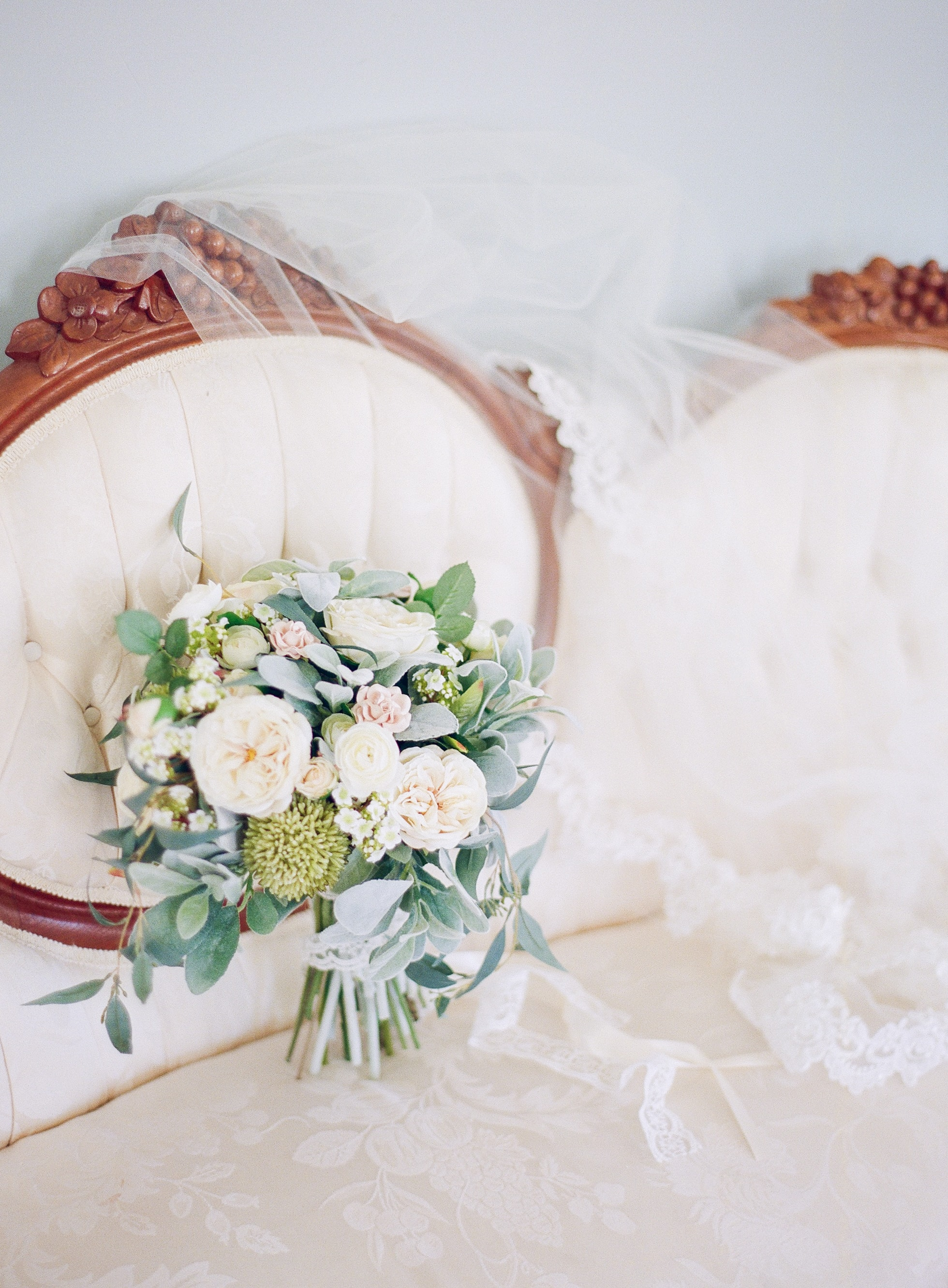 Detail shot of bridal bouquet and veil captured by Almond Leaf Studios for a wedding at Vesuvius Vineyards