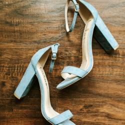 David Mendoza III Photography captures a detail shot of the bides light blue velvet heels