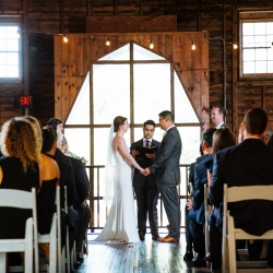 Nhieu Tang Photography captures the ceremony of a bride and groom at The Diary Barn